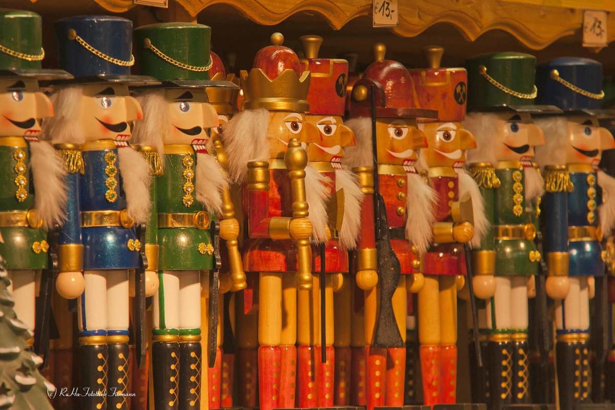 Weihnachtsschmuck auf dem weltberühmten Christkindlmarkt von Salzburg, Österreich