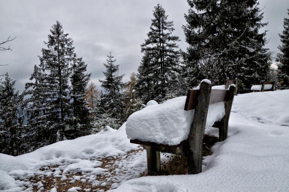 Viel Schnee auf den Bänken am Brandkopf