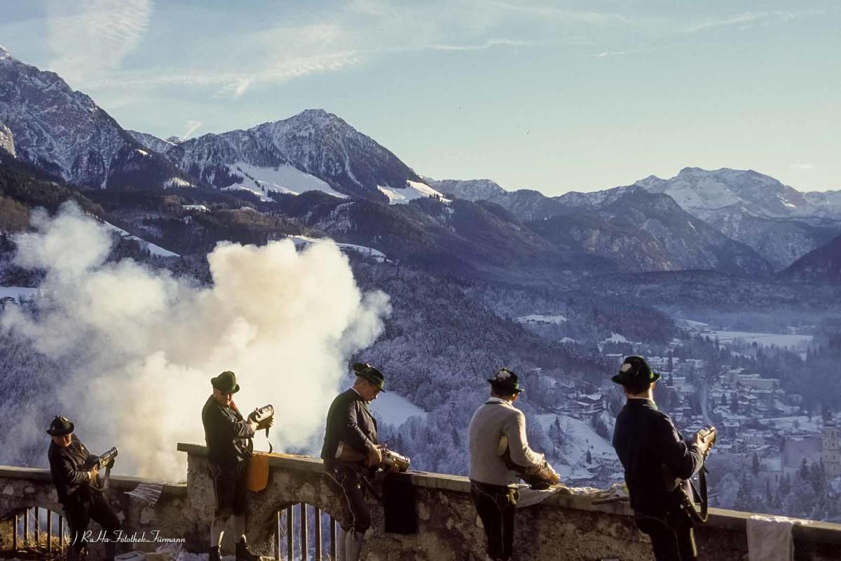 """Böllerschützen in Berchesgaden am Lockstein, die am hl. Abend """"das Christkind"""" anschießen"""", oder an Silvester """"das Neue Jahr anschießen"""", Berchtesgadener Land, Bayern"""