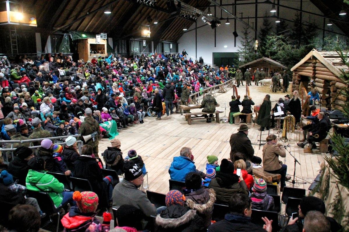 Bild 1 : Die Kinderstallweihnacht Bad Reichenhall ist bis auf den letzten Platz bestens besucht