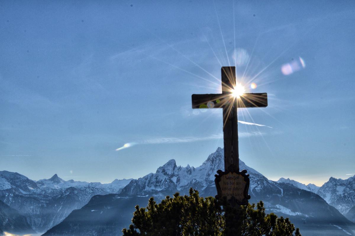 Das Gipfelkreuz auf der Terasse der Kneifelspitze