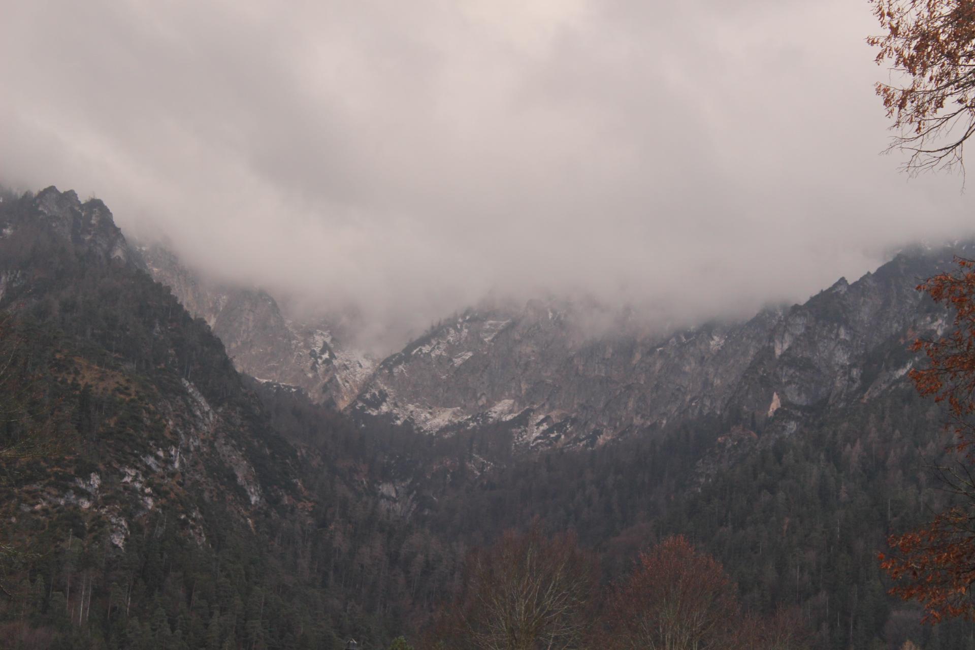 Startausblick auf das wolkenverhangene Lattengebirge