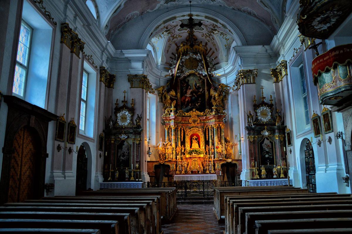 Der Innenraum der Kunterwegkirche mit beleuchtetem Hochaltar