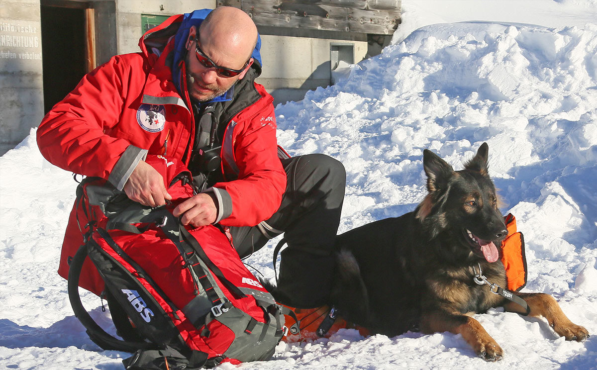 Ein eingespieltes Team: Lawinenhund mit Hundeführer © BRK BGL