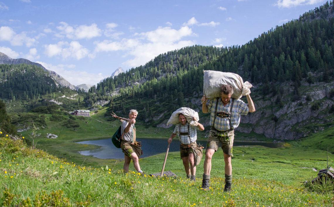 Bergbrenner Hubis Ilsanker mit seinen Wurzelgrabern am Funtensee