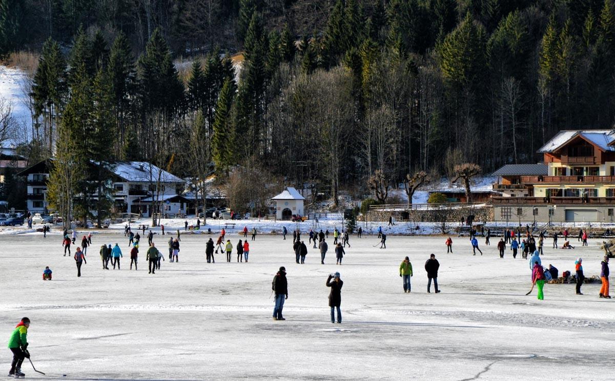 Schlittschuhläufer und Fußgänger auf dem Hntersee