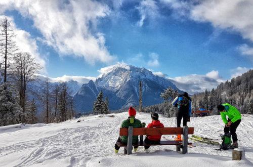 Skitourengeher auf dem Götschenkopf genießen den Ausblick zum HochkalterV