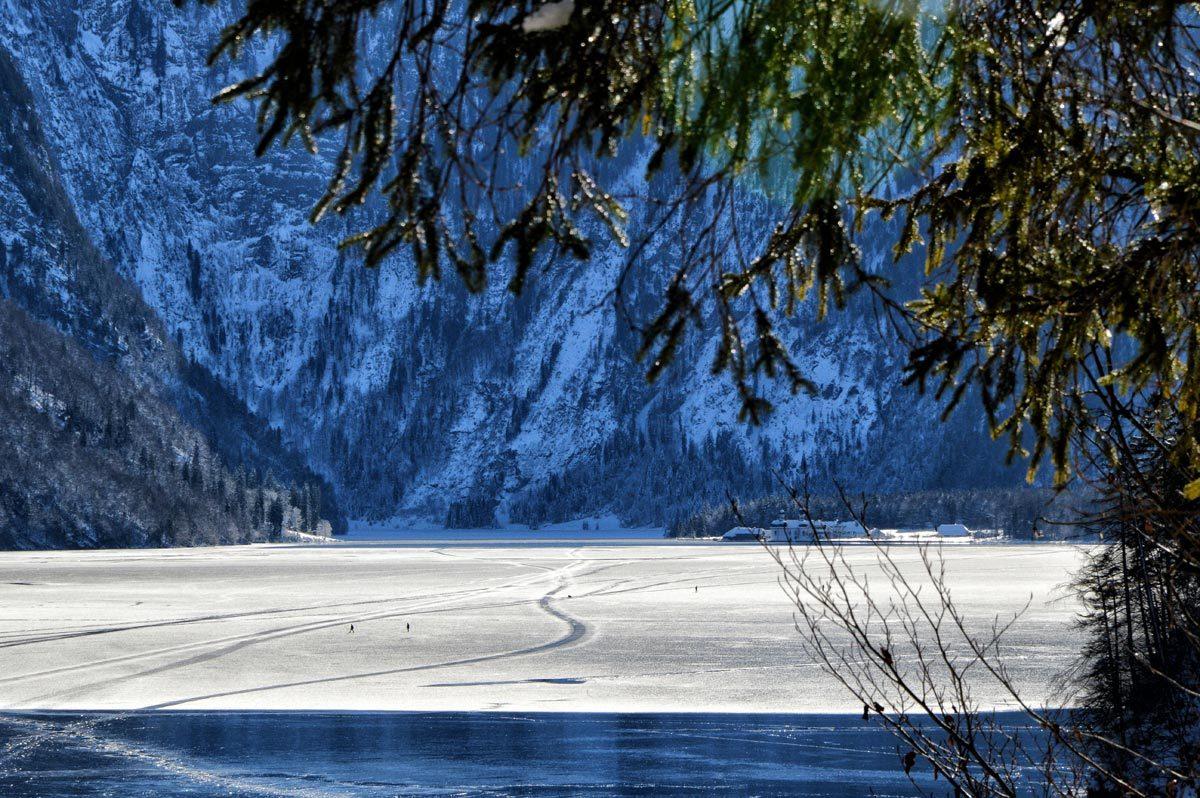 Blick über den zugefrorenen Königssee zu St. Bartholomä