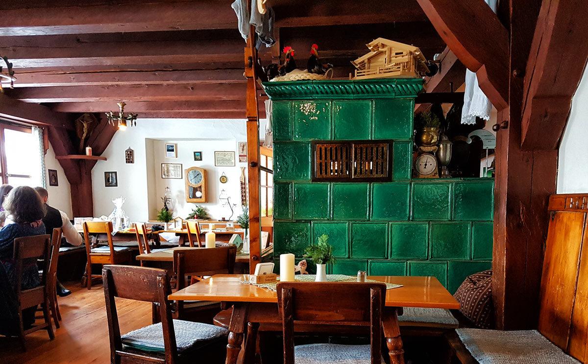 Gemütliche Gaststube mit Kachelofen im Gasthaus Vorderbrand