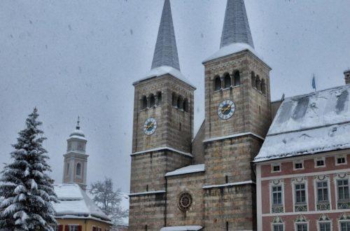 Der Schlossplatz Berchtesgaden mit der Stiftskirche