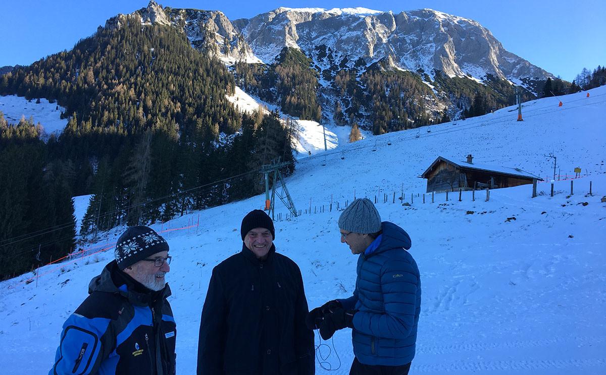 BR-Redakteur Christian Eisele interviewt Wilfried Däuber (li.) und Michael Brandner (mi.) am Jenner