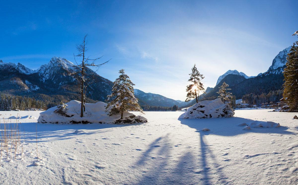 Der zugefrorene Hintersee im Bergsteigerdorf Ramsau