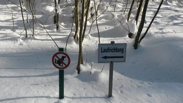 Hinweisschilder entlang der Loipe