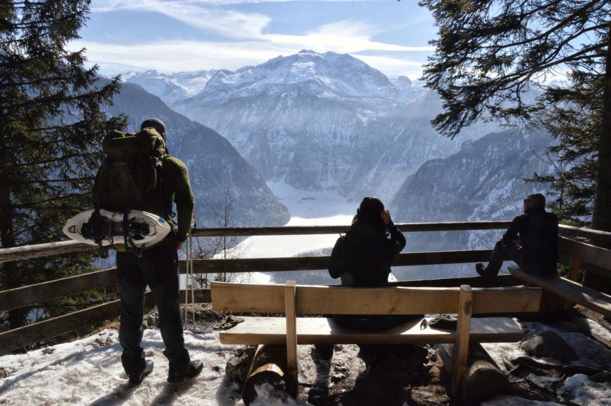 Wanderer und Schneeschuhgänger an der Archenkanzel