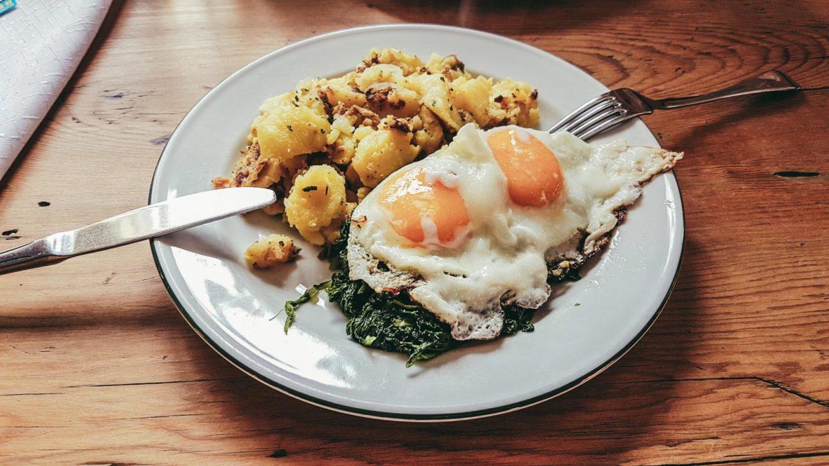 Pepis Baukantine: Spinat mit Bratkartoffeln und Spiegeleier