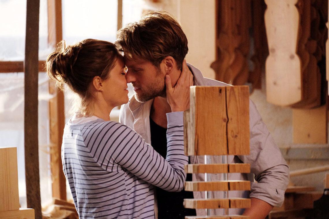 """""""Lena Lorenz - Lebenstraum"""": Lena Lorenz (Patricia Aulitzky) und Quirin Pankofer (Jens Atzorn) küssen sich in der Schreinerei."""