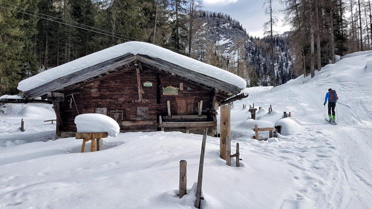 Die Brennhütte der Enzianbrennerei auf der Priesbergalm