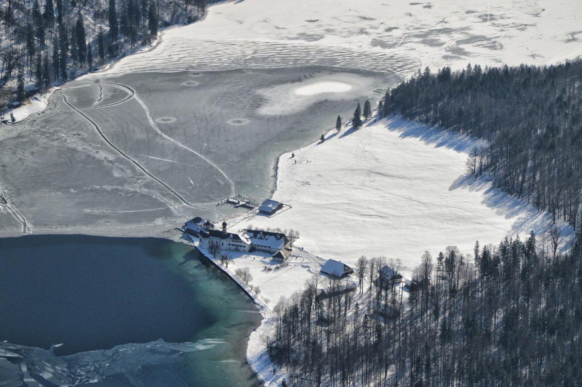 Tiefblick nach St. Bartholomä und den fast zugefrorenen Königssee
