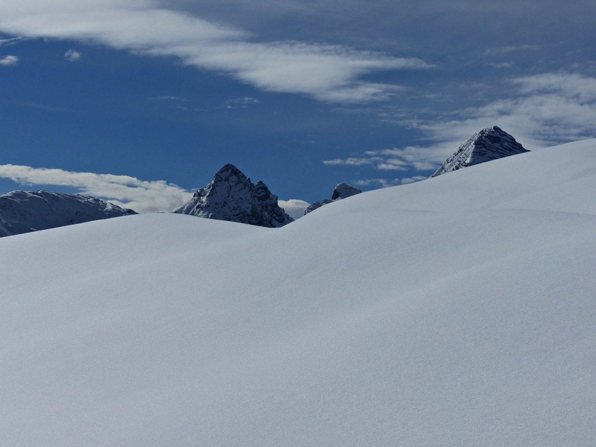 Tiefschnee und Bergspitzen