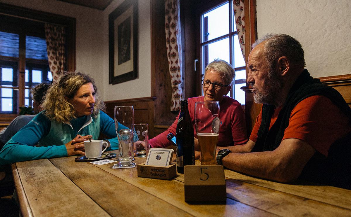 Nina Schlesener (links) in der Stube vom Watzmannhaus © Klaus Fengler