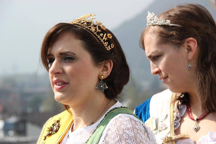 Sabrina Moriggl , die Bayerische Honigkönigin. Daneben die Schrobenhausener Spargelkönigin