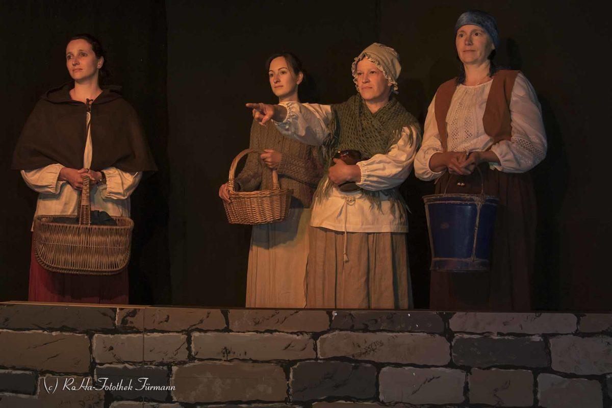 Theater der Kolping Familie Teisendorf - Die Hexenspur: Marktweiber beobachten aus der Ferne ein Hexenfeuer