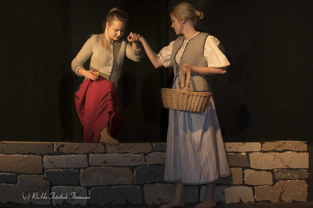 Theater der Kolping Familie Teisendorf - die Hexenspur: Die Weberstochter freundet sich mit der umherziehenden Barbara an