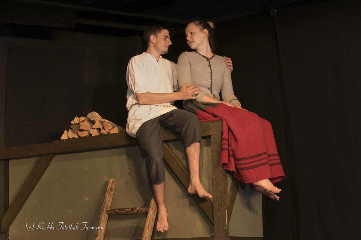 Theater der Kolping Familie Teisendorf - Die Hexenspur: Georg, der Sohn des Webers, verliebt sich in die Jungmagd Barbara