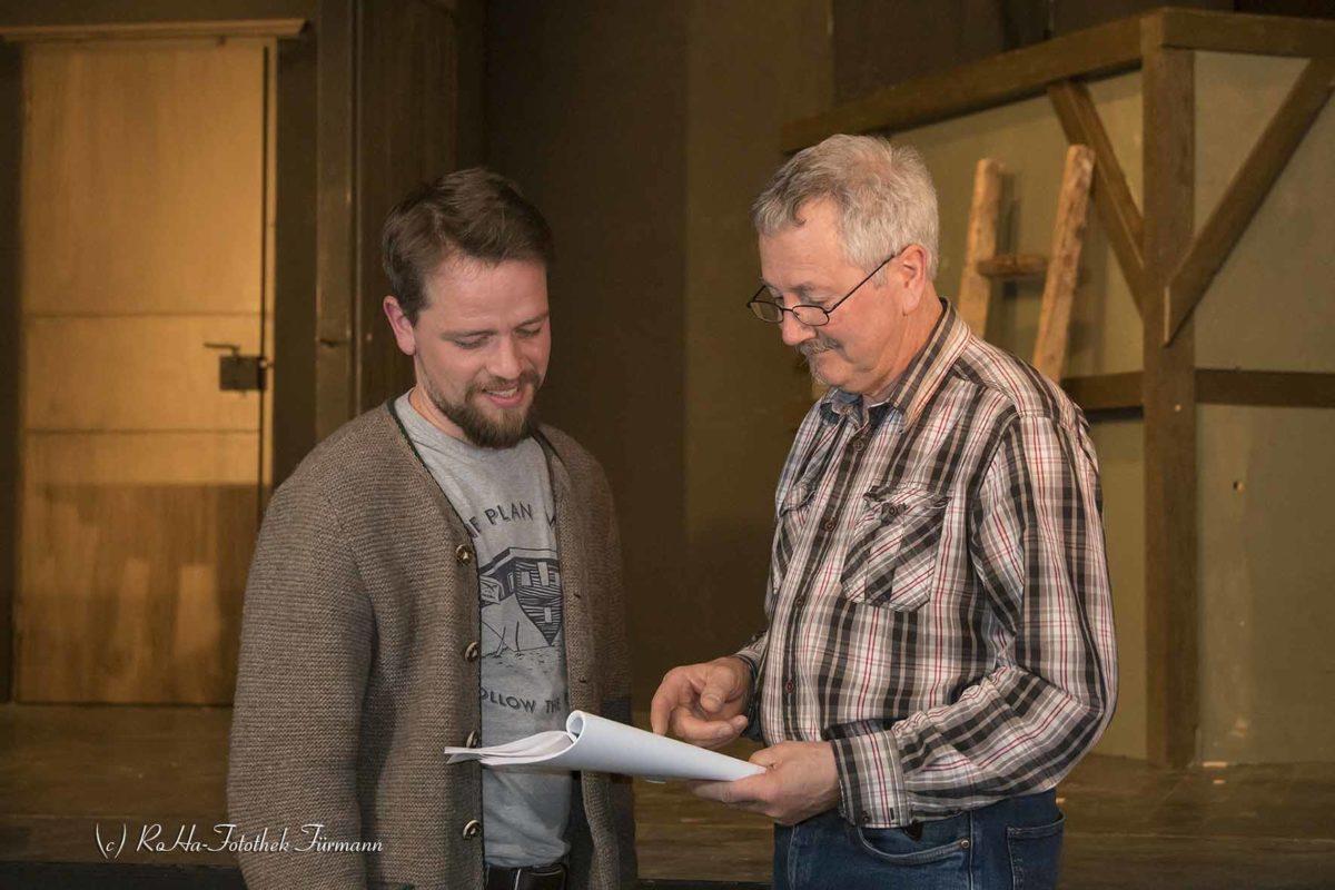 Theater der Kolping Familie Teisendorf - Die Hexenspur: Spielleiter Lorenz Willberger (re) mit Josef Altinger besprechen eine Szene