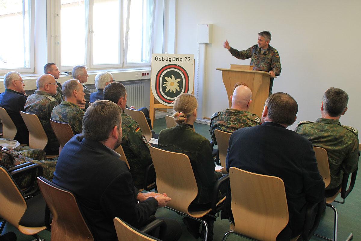 Brigadegeneral Sollfrank begrüßt die Gäste bei der Eröffnung der Regionalausstellung