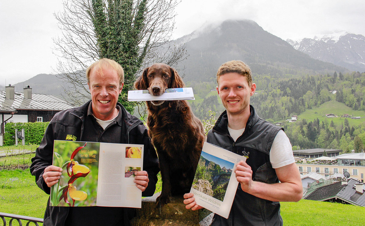 Sie ist wieder da! Ulrich Brendel (l.), stellvertretender Nationalparkleiter, Nationalpark-Grafiker Johann Feil (r.) präsentieren die erste Ausgabe der kostenfreien Nationalpark-Zeitung nach sechsjähriger Pause.