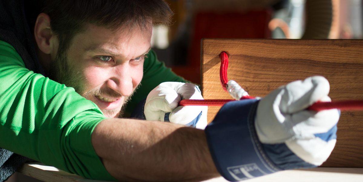 Andreas Baumann beim Spleissen der Seile für die Hutschn