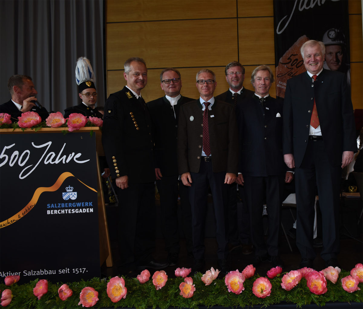 Gruppenbild auf der Bühne anlässlich 500 Jahre Salzbergwerk Berchtesgaden