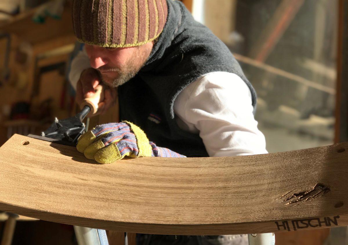 Schreinermeister Andreas Baumann bei der Fertigung einer Hutschn