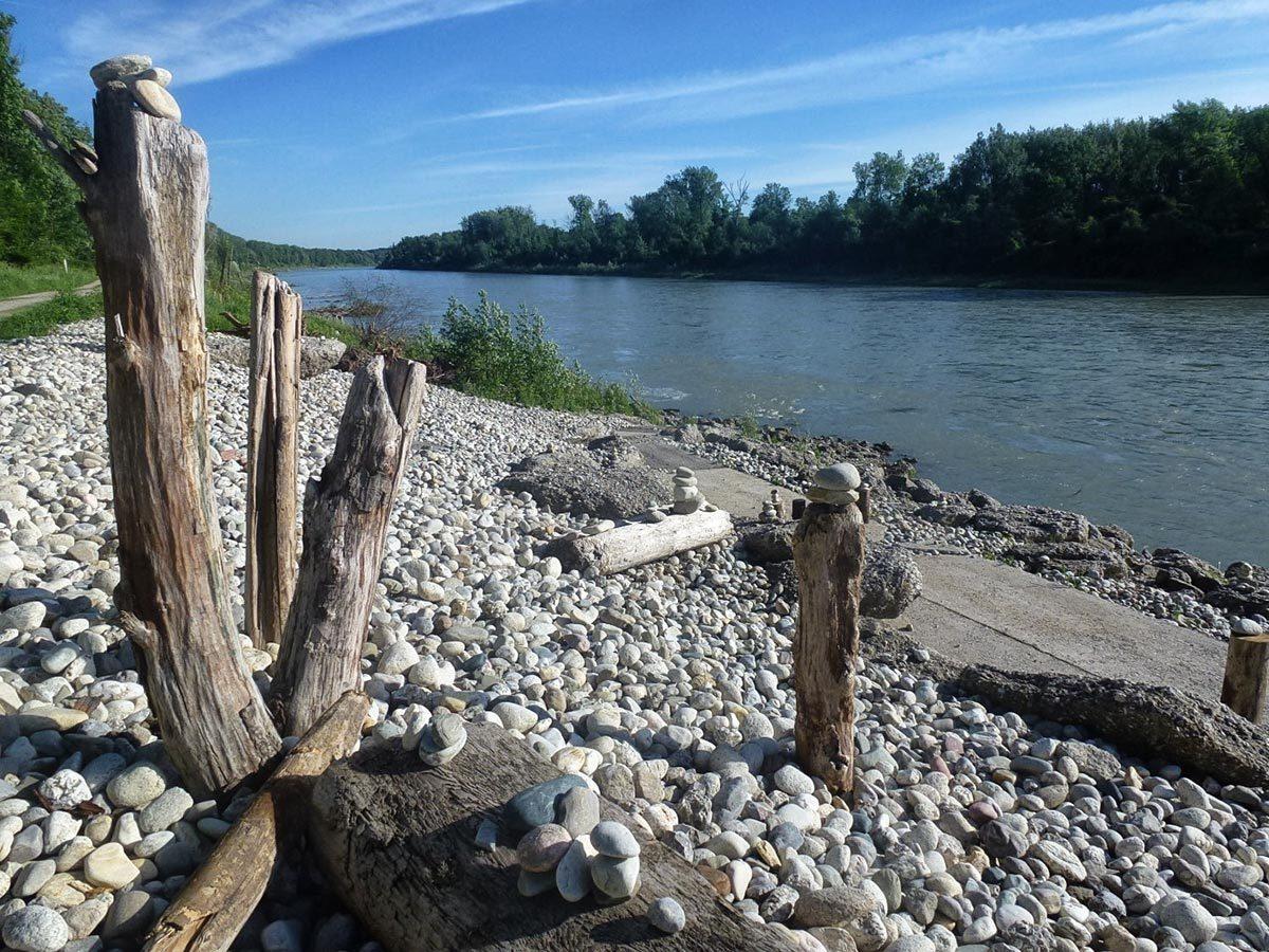 Mit den ingenieurbiologischen Böschungssicherungen entstehen abwechslungsreiche und ökologisch hochwertige Strukturen am Ufer. Gleichzeitig verbessert sich der Zugang zum Wasser © Wasserwirtschaftsamt Traunstein