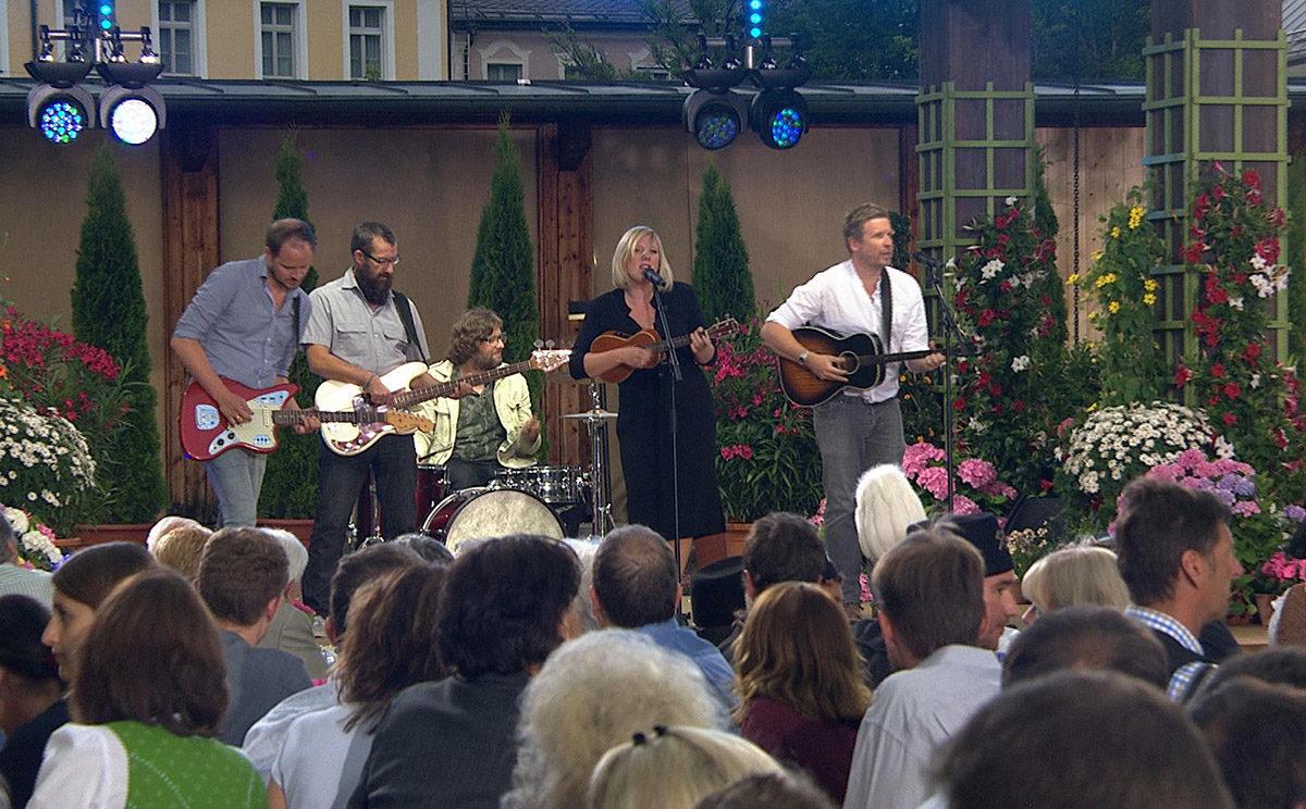 Claudia Koreck auf der Bühne im Kurgarten Berchtesgaden