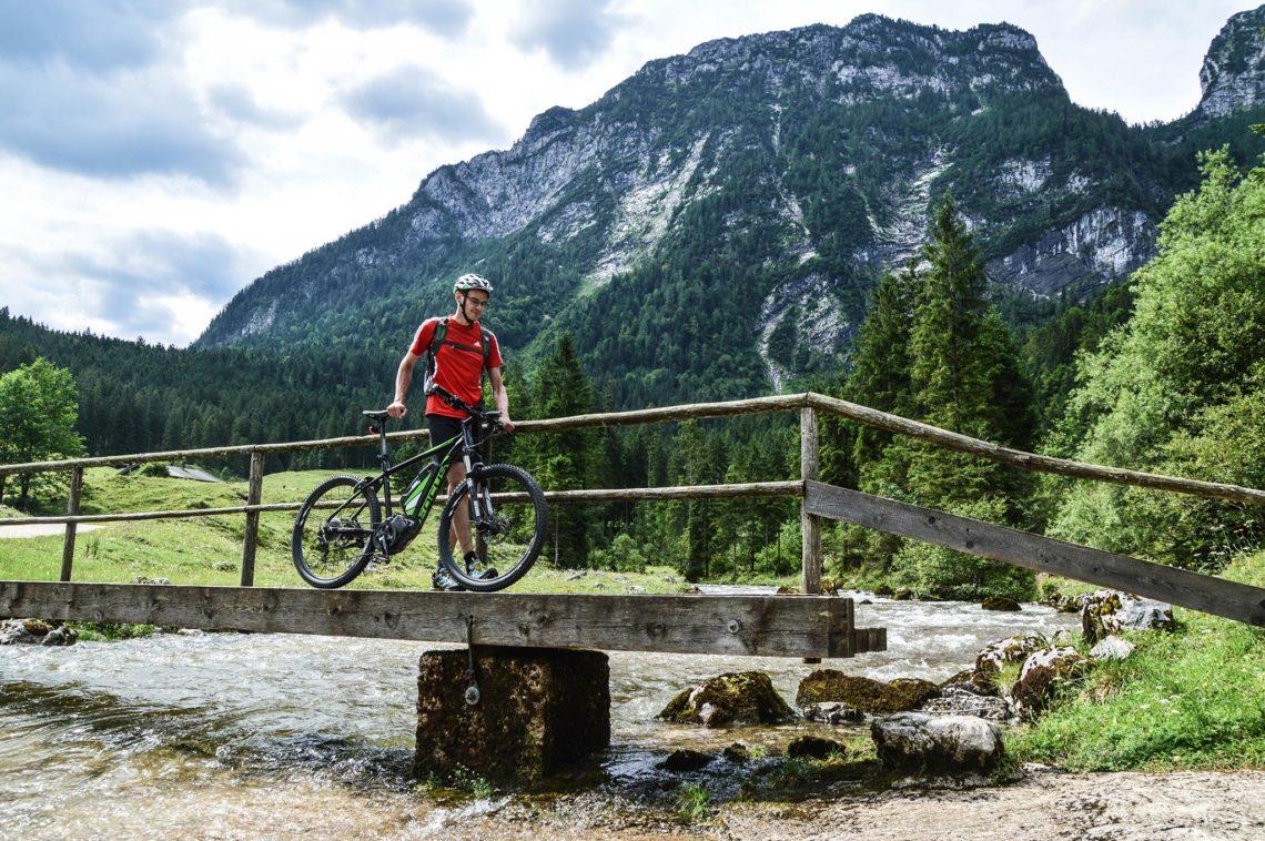 Mit dem E-Bike über den Steg