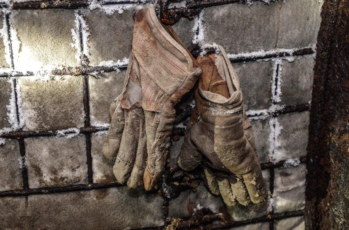 Ein paar Handschuhe hängen verloren in den Stollen