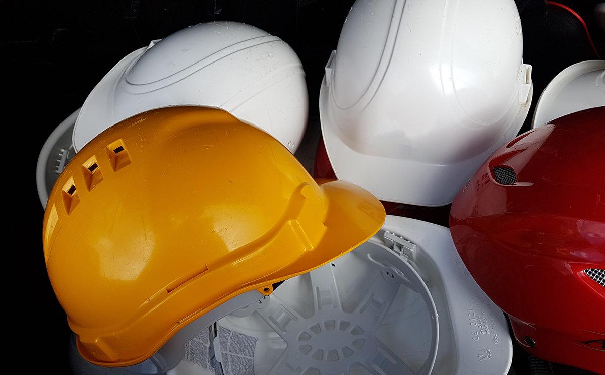 Helm ist Pflicht in der Eishöhle