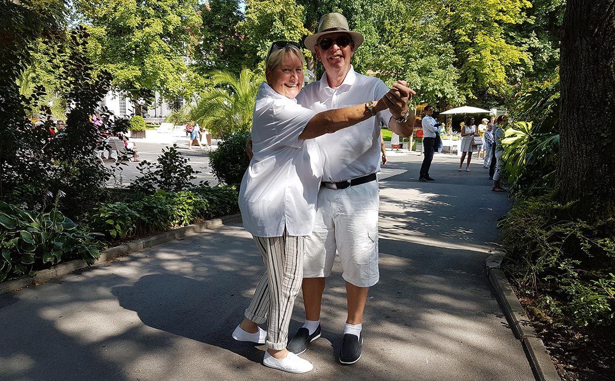 Freudentanz: Dieses Paar legt einen spontanen Walzer hin
