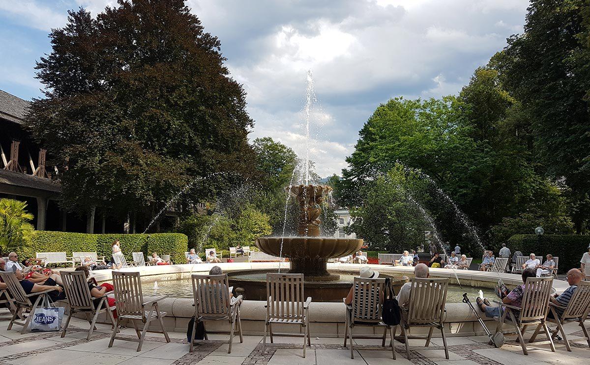 beliebter Treffpunkt im Kurgarten: Der Alpensolebrunnen