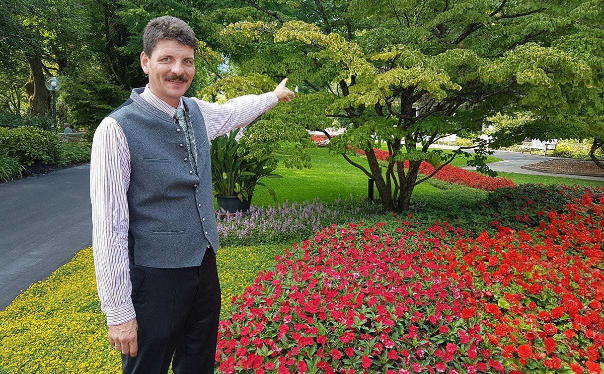 Christian Braun zeigt einen seltenen Japanischen Hartriegel