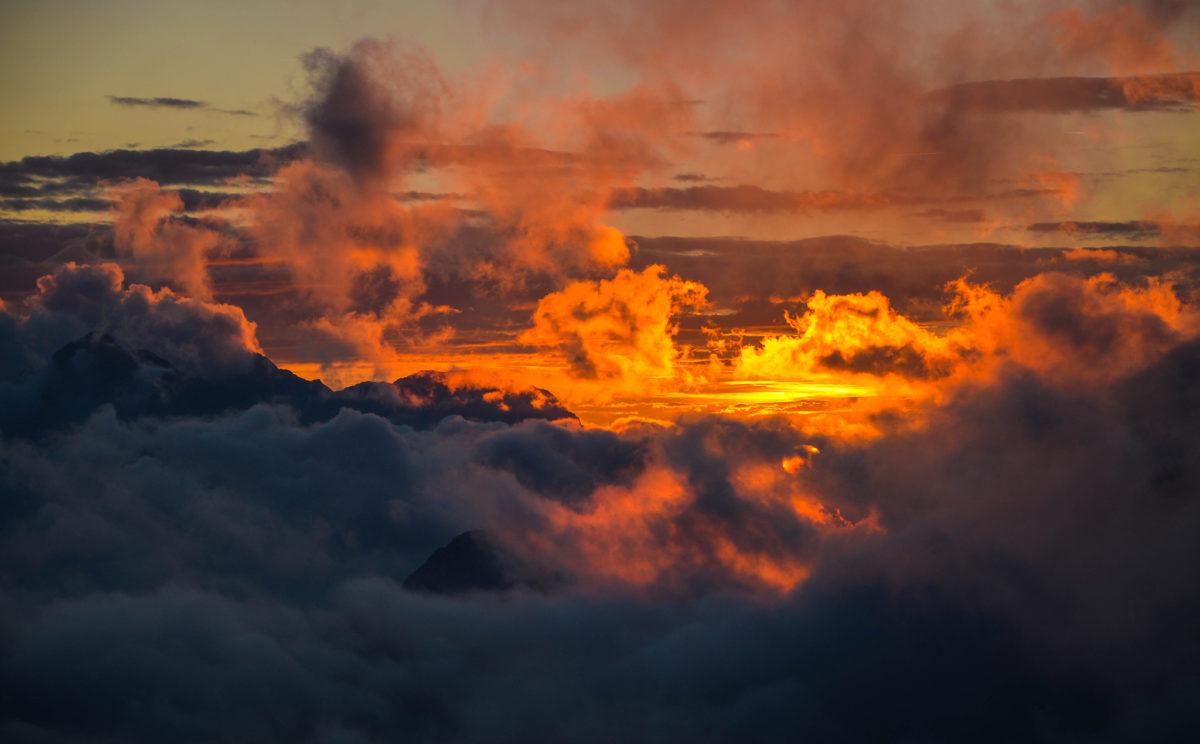Sonnenuntergang und Wolkenspiele am Ingolstädter Haus