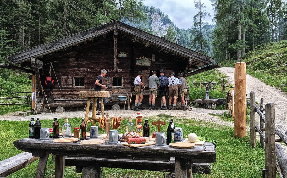 Die Brennhütte der Enzianbrennerei Grassl auf der Priesbergalm