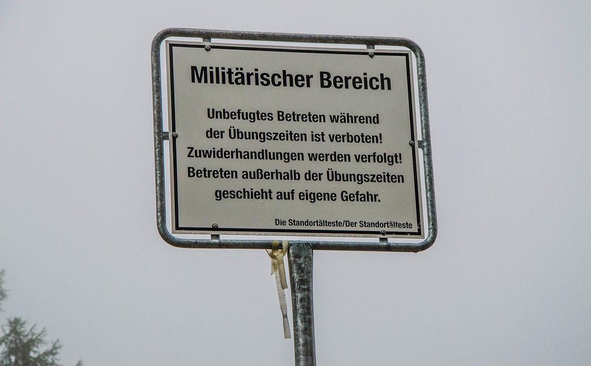 Hinweisschild am Eingang zum Gebirgsübungsplatz der Bundeswehr
