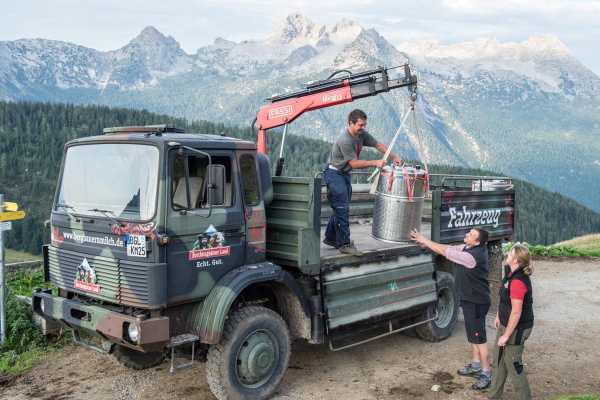 Fahrer und gleichzeitig Berg- und Almbauer Andreas Zörner (unten), Senner Michael Kriner (oben) und Sennerin Katharina Grill sorgen dafür, dass die hochwertige Bergbauernmilch sicher erfasst wird.