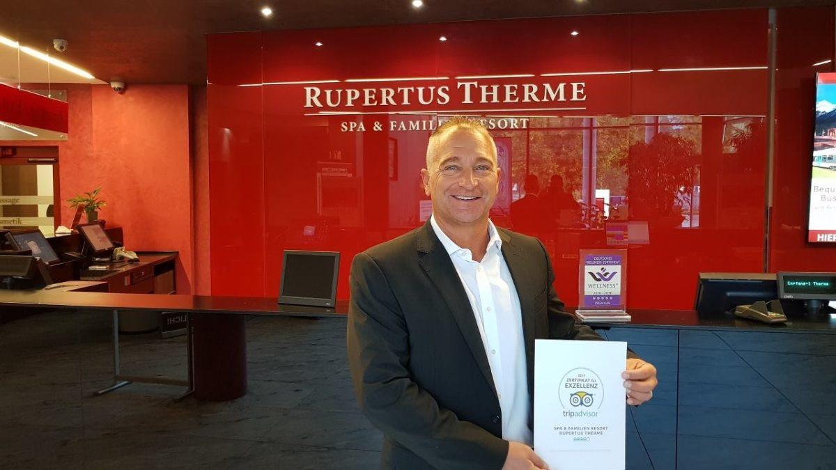 Dirk Sasse, Geschäftsführer der RupertusTherme Bad Reichenhall mit dem TripAdvisor Zertifikat für Exzellenz