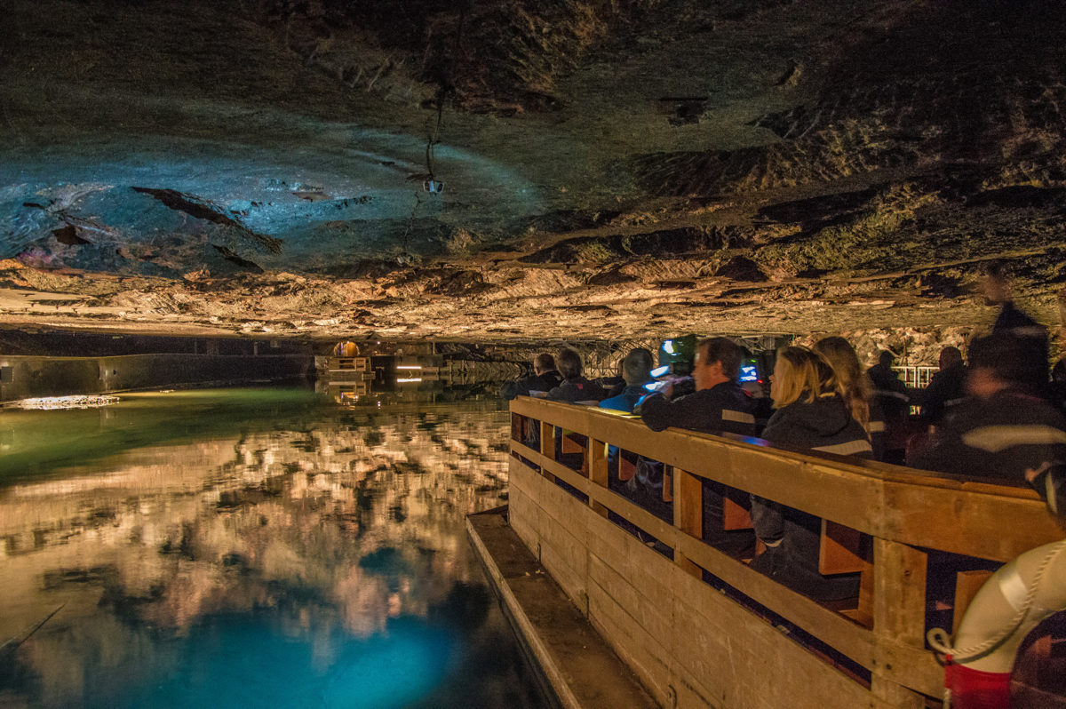 Über den Spiegelsee im Salzbergwerk geht's zum Miner's Gin
