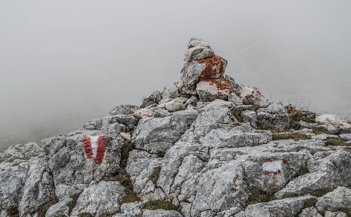 Steindauben weisen den Weg durch den Nebel