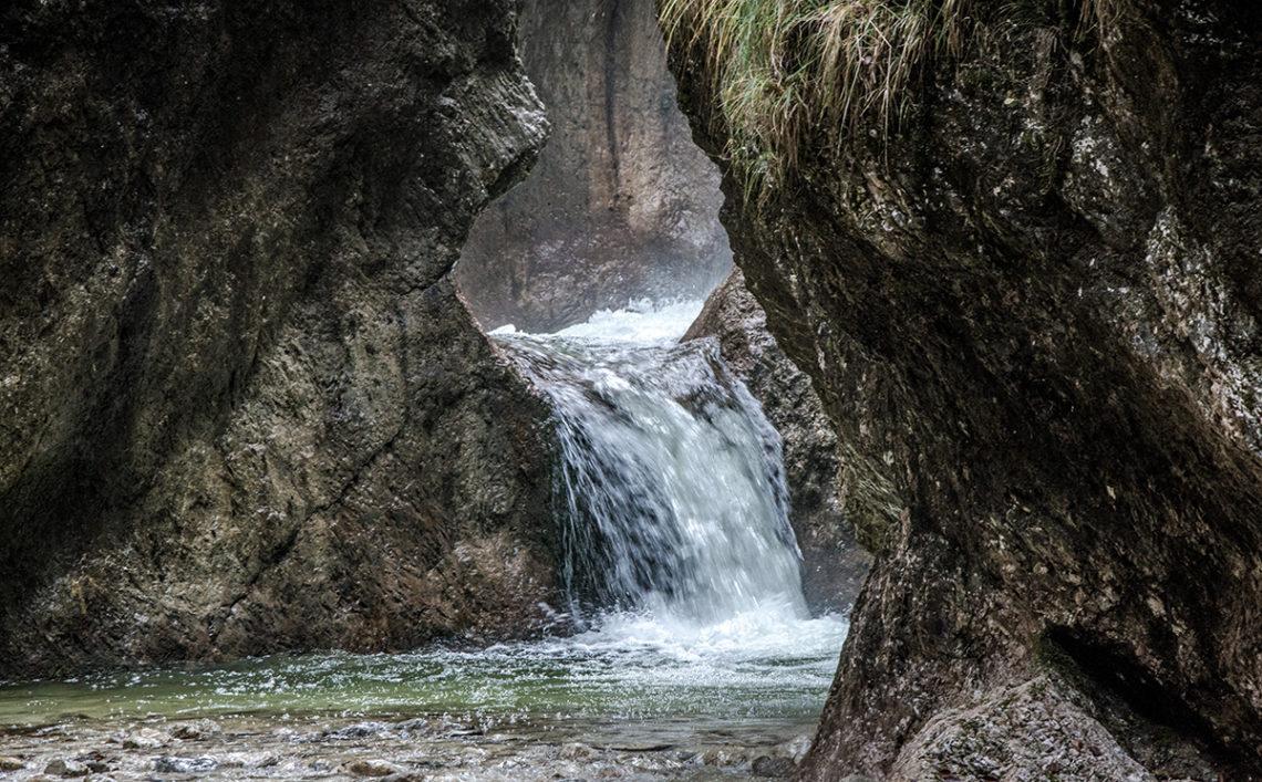 Das wilde Wasser der Almbachklamm